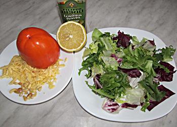 Ингредиенты для салата из хурмы с салатом сыром и орешками