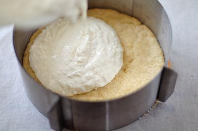 Добавляем творожную начинку к основе пирога с кокосовой стружкой