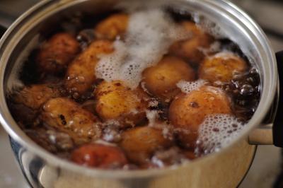 Варится картофель в мундирах в кастрюле