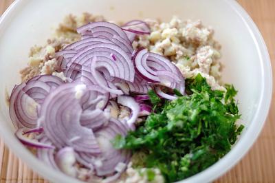 К картофелю добавляется мясо лук и петрушка