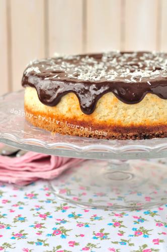 Пирог с творогом и кокосовой стружкой украшенный шоколадной глазурью