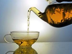 Заваренный чай наливается в прозрачную кружку