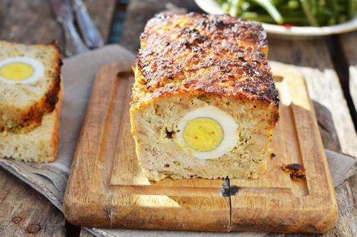 Мясной хлеб с яйцом в разрезе на обед или ужин