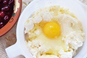 Миксером смешиваются творог манка сахар яйца в однородную массу