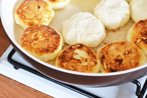 Сырники на сковороде обжариваются до золотистого цвета