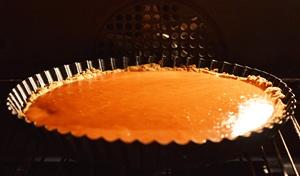 Пирог с начинкой выпекается в духовке десять минут