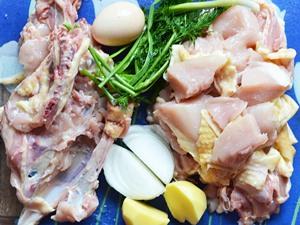 Курица порезанная на куски очищенный картофель и лук
