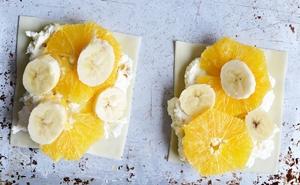 На кусочки теста выкладывается слоями творожная масса и фрукты