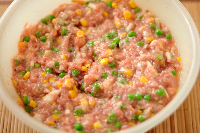 В фарш кукурузу и горошек добавляются яйца соль и перец