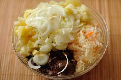 Смешиваем в миске картофель квашеную капусту лук и грибы