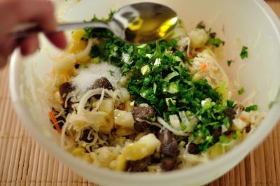 К картофелю грибам и квашеной капусте прибавляются зелень растительное масло и сахар