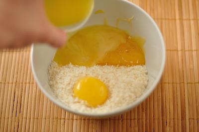 Смешивается кокосовая стружка с яйцом маслом и медом