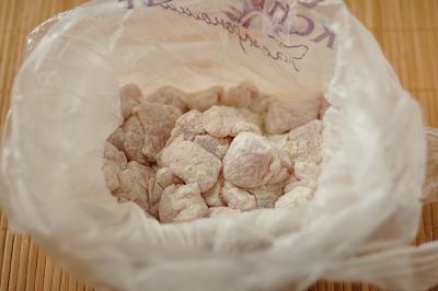 Кусочки курицы с мукой в полиэтиленовом пакете