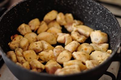 Курица обжаривается в растительном масле с розмарином