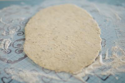 Тесто раскатано в тонкий пласт