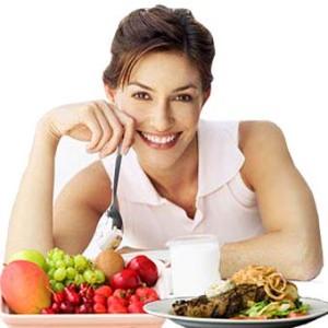 Красивая девушка в хорошем настроении которая ест здоровую еду