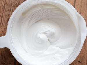 Яичные белки с сахаром взбитые миксером