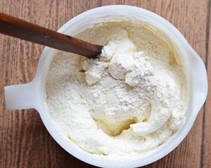 Во Взбитые белки с сахаром добавляется мука