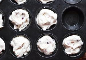 Белковое тесто в  несмазанных  формочках