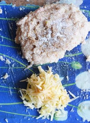 Мясо пропущенное через мясорубку и яблоки натертые на крупной терке