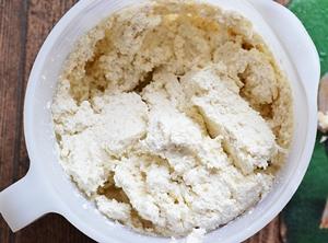 В яично сахарную смесь добавляется творог мука и овсяные хлопья
