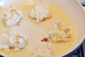 Творожное тесто с бананами выкладывается ложкой на сковороду