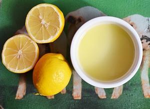 Лимоны порезанные пополам и лимонный сок