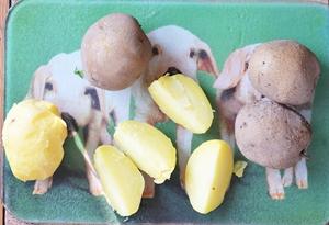 порезанный толстыми ломтиками картофель отваренный в мундире
