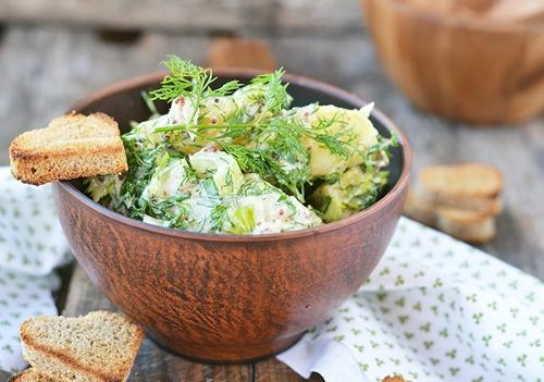 Салат с копченой  скумбрией и сельдереем