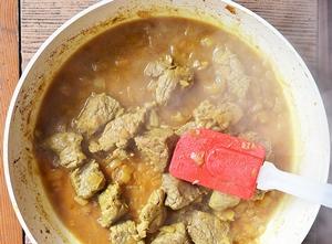 Мясо с луком и водой тушится на сковороде