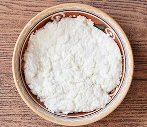 Готовый домашний сыр в глиняной посуде