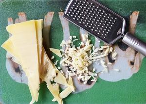 Мелко потертый сыр для котлеток