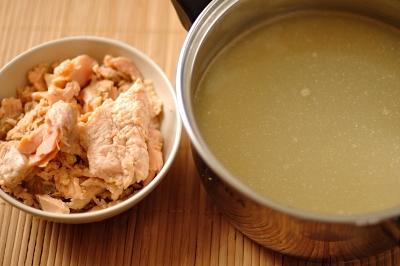 Рыбный бульон и филе семги порезанное небольшими кусочками