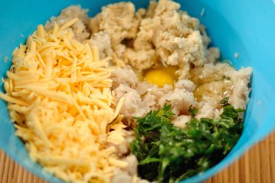 Измельченная рыба с хлебом яйцом сыром и зеленью