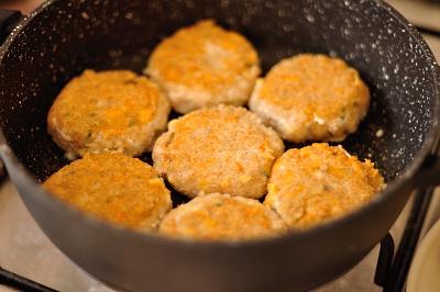 Котлеты обжариваются в сковороде с двух сторон до золотистой корочки