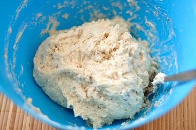 К крошке из теста добавляется молоко с дрожжами и тмин