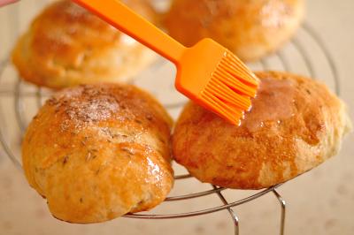 Готовые батские булочки смазываются глазурью