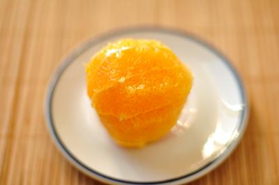 С апельсина снимается кожура для приготовления крема