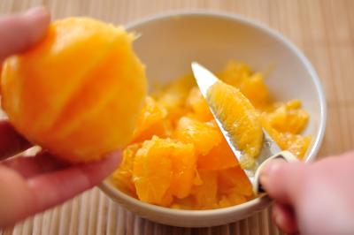 Из апельсина вырезается мякоть