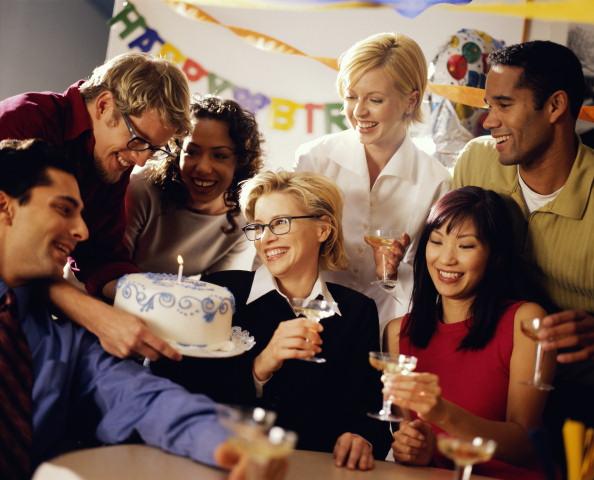 Отмечание праздника в офисе с коллегами  большим тортом