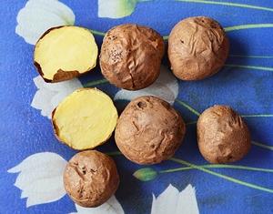 Вымытый и испеченный в духовке картофель