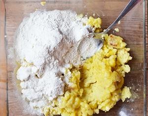 К картофельному пюре и яйцам добавляется мука
