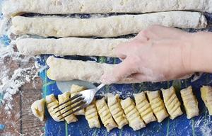 Ломтики из картофельного теста слегка придавливаются вилкой