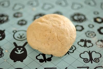 Получившееся гладкое эластичное тесто
