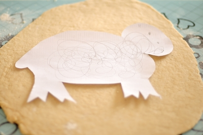 Шаблон овечки на раскатанном творожном тесте
