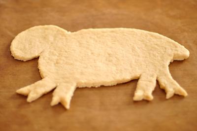 Контур овечки вырезанный из теста