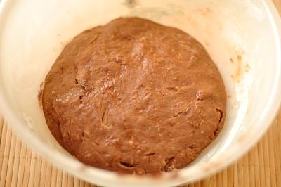 Смешиваем все продукты для приготовления шоколадного кулича