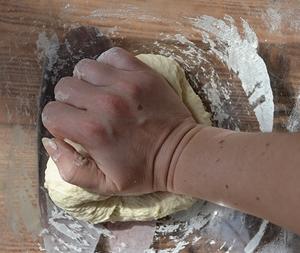 Тесто хорошо вымешивается руками