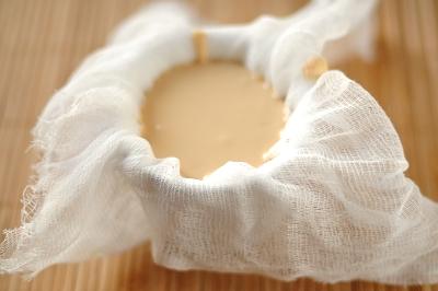 Творожная смесь выложена в формочку с марлей внутри