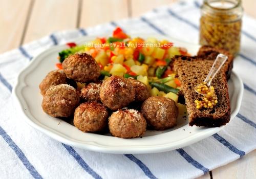 Мясные шарики из свиного фарша с яблоком и корицей на тарелке